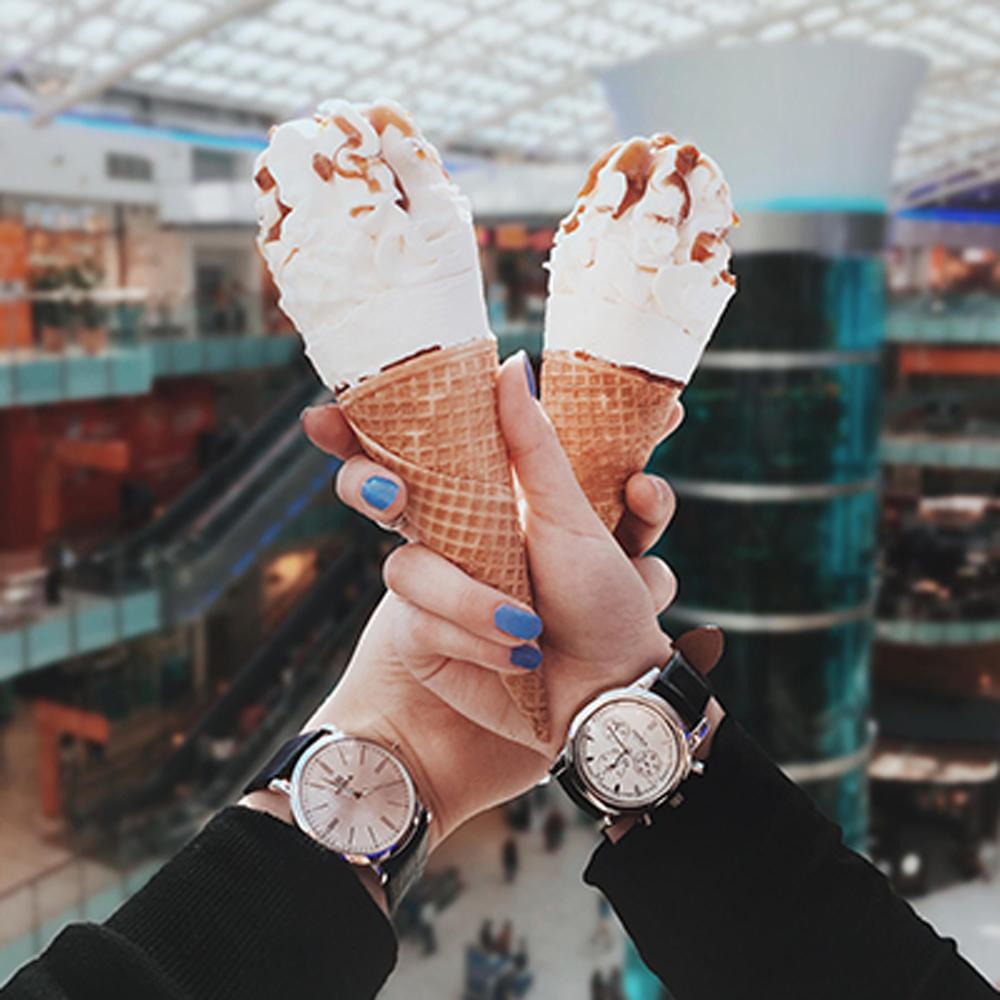 На какой руке девушки носят